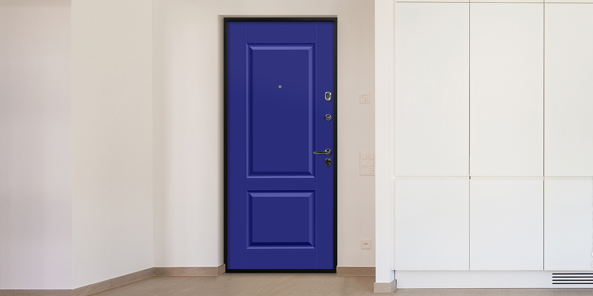 Дверь «Николь» в оттенке RAL 5002 в интерьере