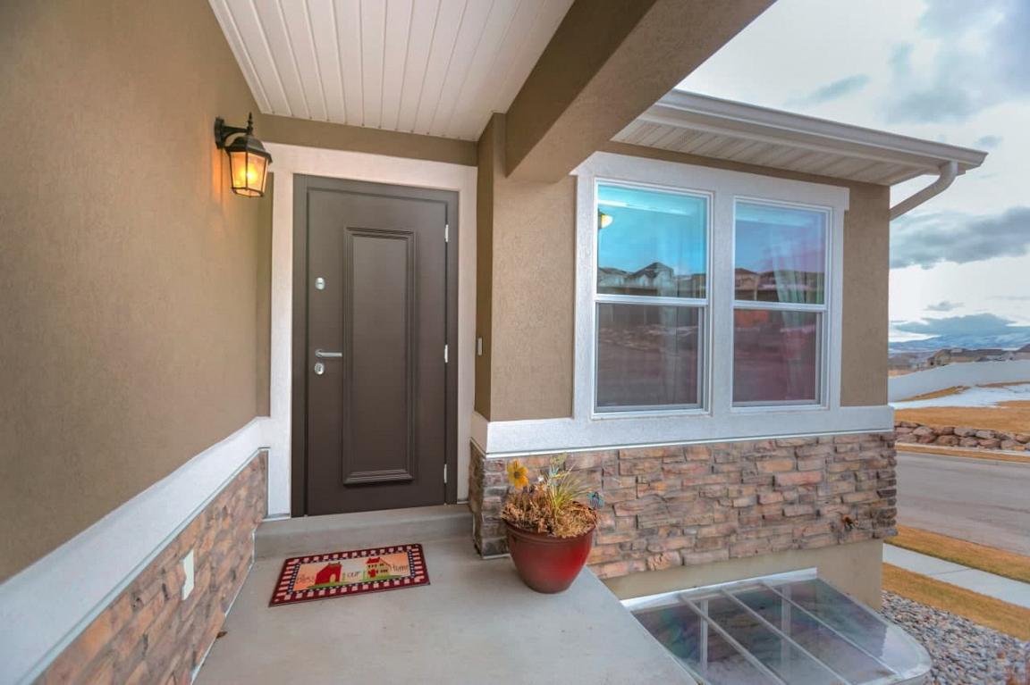 Коричневая входная дверь в дом с фурнитурой цвета «Хром»