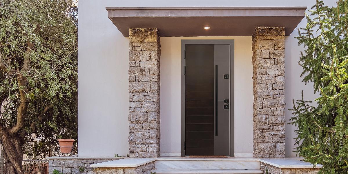 Модель в лаконичном стиле: входная дверь в дом по индивидуальному заказу - «Стальная Линия»